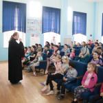 Священник посетил пациентов детской областной больницы