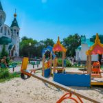 К престольному празднику у Всехсвятского храма Саратова установлена детская площадка