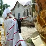 Митрополит Лонгин освятил кресты и купола храма Тихона Задонского